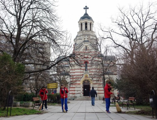 "Представители на ВВМУ ""Н. Й. Вапцаров"" почистиха територии около храмове в града"