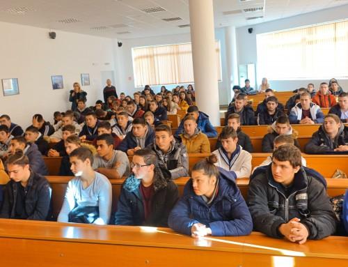 """Над 100 ученици от Бургаската морска гимназия посетиха и пожелаха да учат във ВВМУ """"Н. Й. Вапцаров"""""""