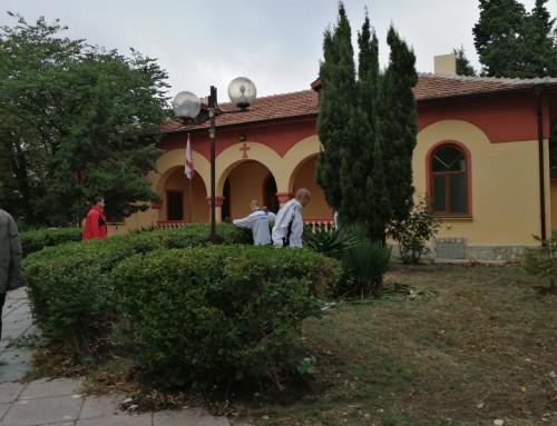 """Курсанти от Морско училище почистиха района около църквата  """"Св. Петка"""""""